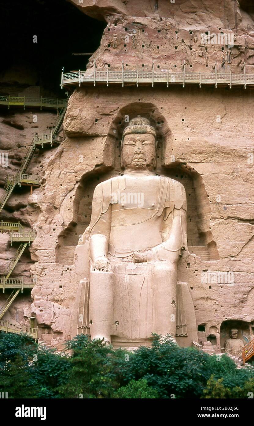 Binglingsi Shiku (mil cuevas de Buda) es una colección de cuevas y grutas situadas en un cañón inaccesible por el río Amarillo a unos 80 km aguas arriba de Lanzhou. El aislamiento mismo del sitio ha protegido y preservado a Binglingsi, no menos importante de la marauda Guardia Roja durante la Revolución Cultural (1966 - 76). Las primeras grutas budistas en Binglingsi datan de la Dinastía Jin Oriental (c. 317 - 420 CE), y la construcción continuó durante más de mil años a lo largo de las eras Tang, Song, Ming y Qing. Las cuevas de Bingling fueron a menudo patrocinadas por ricos patrocinadores que invierten parte de su Silk R Foto de stock