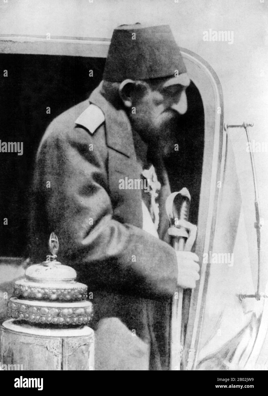 Abdul Hamid II (turco otomano: عبد الحميد ثانی, 'Abdü'l-Ḥamīd-i sânî; turco: İkinci Abdülhamit; 22 de septiembre de 1842 – 10 de febrero de 1918) fue el 34º Sultán del Imperio Otomano y el último Sultán que ejercía un control autocrático efectivo sobre el estado fracturado. Supervisó un período de decadencia en el poder y la extensión del Imperio, incluyendo pogromos generalizados y masacres del gobierno contra las minorías del Imperio (llamadas las masacres de los Hamidianos después de él), así como un intento de asesinato, Gobernando desde el 31 de agosto de 1876 hasta que fue depuesto poco después de la Revolución de los jóvenes Turcos de 1908, en adelante Foto de stock