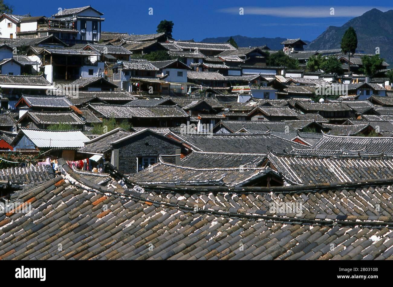 Los Naxi o Nakhi son un grupo étnico que habita las estribaciones del Himalaya en la parte noroeste de la provincia de Yunnan, así como la parte suroeste de la provincia de Sichuan en China. Se cree que los Naxi provienen originalmente del Tíbet y, hasta hace poco, mantuvieron vínculos comerciales terrestres con Lhasa e India. Los Naxi forman uno de los 56 grupos étnicos oficialmente reconocidos por la República Popular de China. Los Naxi son tradicionalmente seguidores de la religión Dongba. A través de influencias culturales tanto chinas como tibetanas, adoptaron el Budismo Tibetano y, en menor medida, el Taois Foto de stock