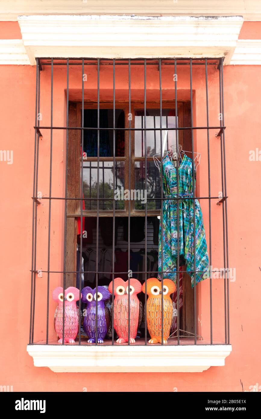 recuerdos en una tienda de ventana Foto de stock