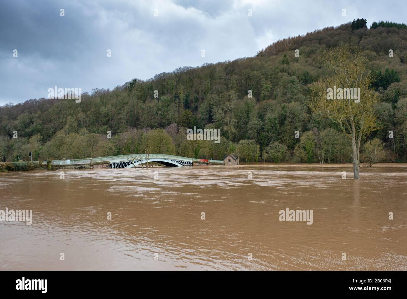 El río Wye en spate en Bigswoir en la frontera de Monmouthshire - Gloucestershire. Febrero De 2020. Foto de stock
