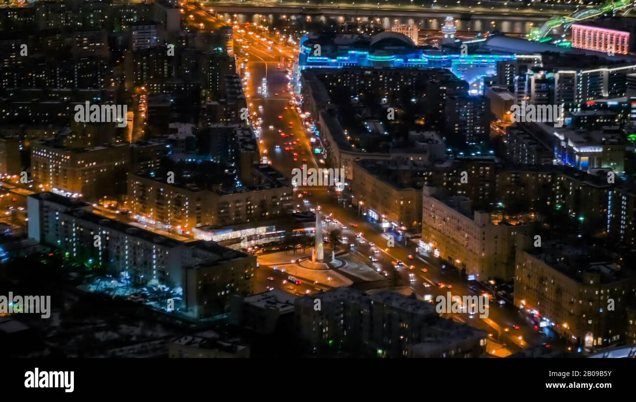 Vista aérea - tráfico de coches en la calle nocturna de la ciudad Foto de stock