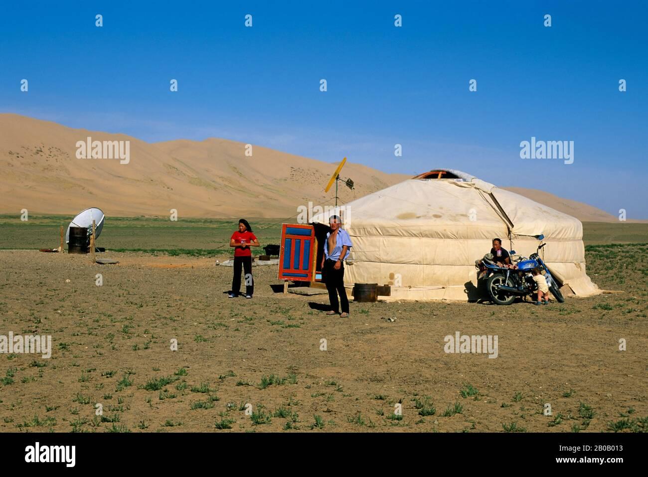 MONGOLIA, CERCA DE DALANZADGAD, DESIERTO DE GOBI EN KHONGORYN ELS (DUNAS DE ARENA), GER (YURT), FAMILIA Foto de stock