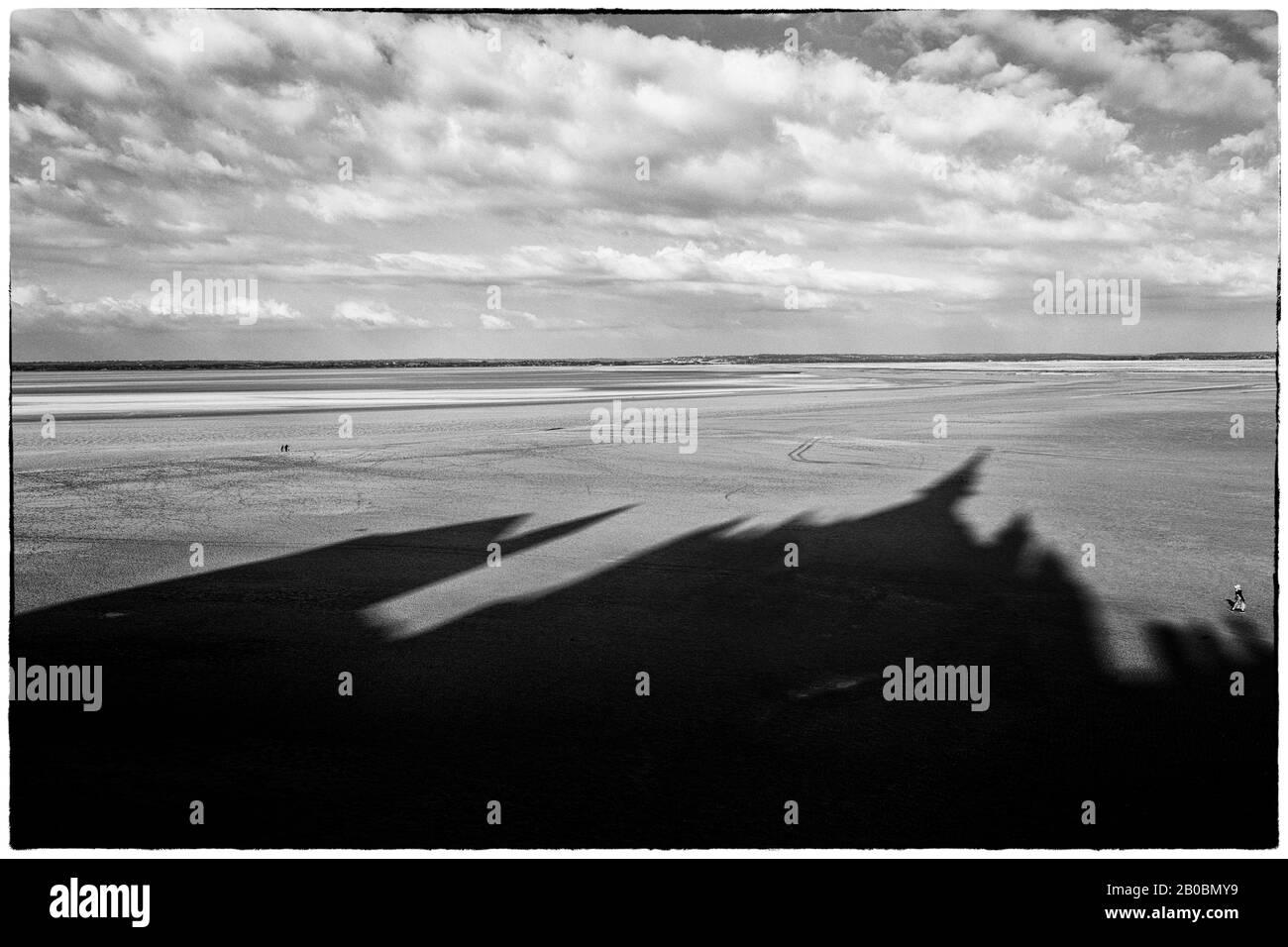 Sombra en la marea baja, Mont-Saint-Michel, Departement Ille-et-Vilaine, Francia Foto de stock