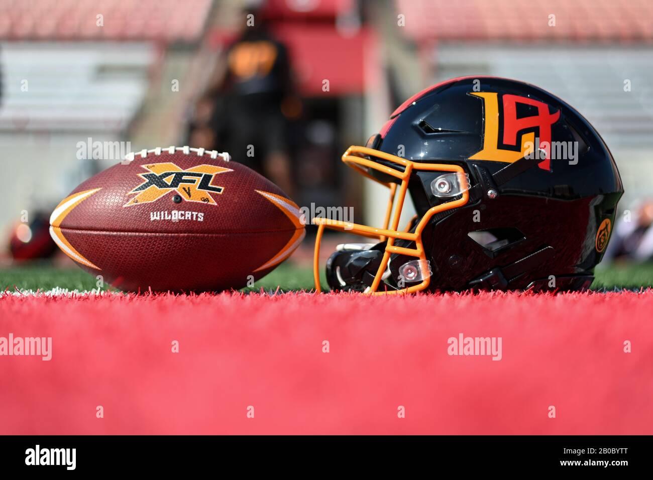 Vista detallada del casco LA Wildcats y un balón oficial XFL durante la práctica, miércoles 19 de febrero de 2020, en Long Beach, California (Foto de IOS/Espa-Images) Foto de stock