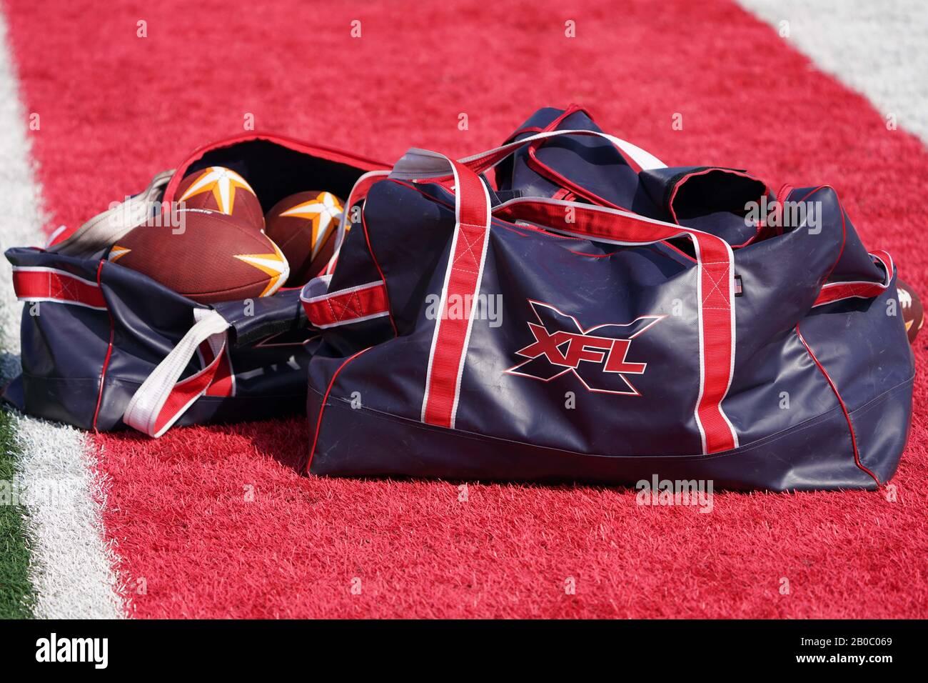 Vista detallada del balón de fútbol LA Wildcats y bolsa con el logotipo XFL durante la práctica, miércoles, 19 de febrero de 2020, en Long Beach, California (Foto de IOS/Espa-Images) Foto de stock