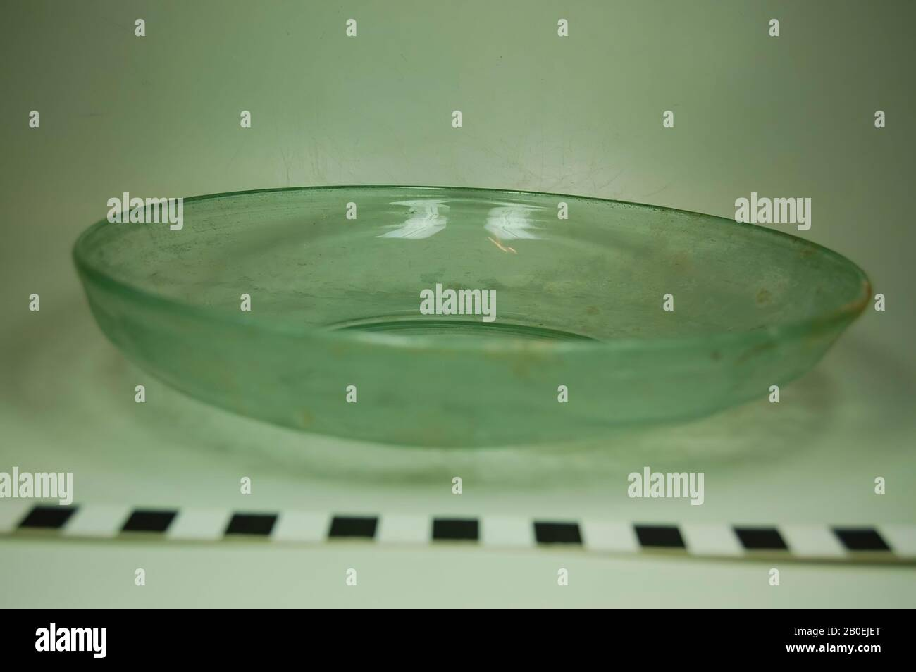 Plato de cristal verdeoso. Soplado., placa, cristal, 21 cm, ø 21 cm Foto de stock