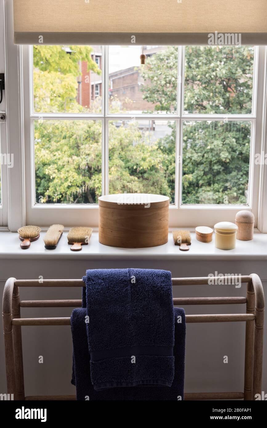 Caja ovalada del agitador en el alféizar de la ventana del baño Foto de stock