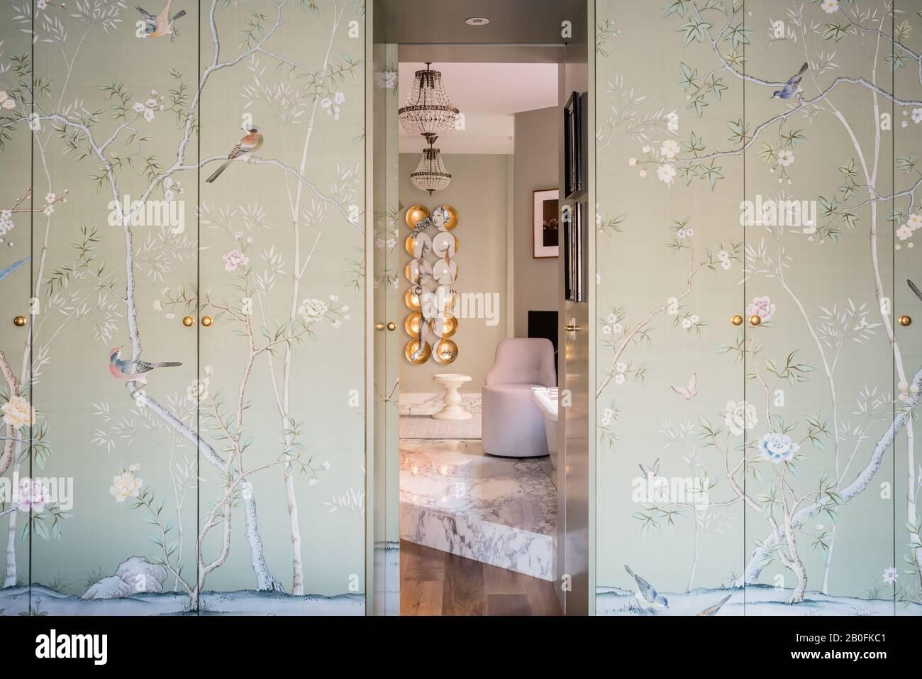 Papel de pared Chinoiserie que cubre las puertas del armario. Foto de stock