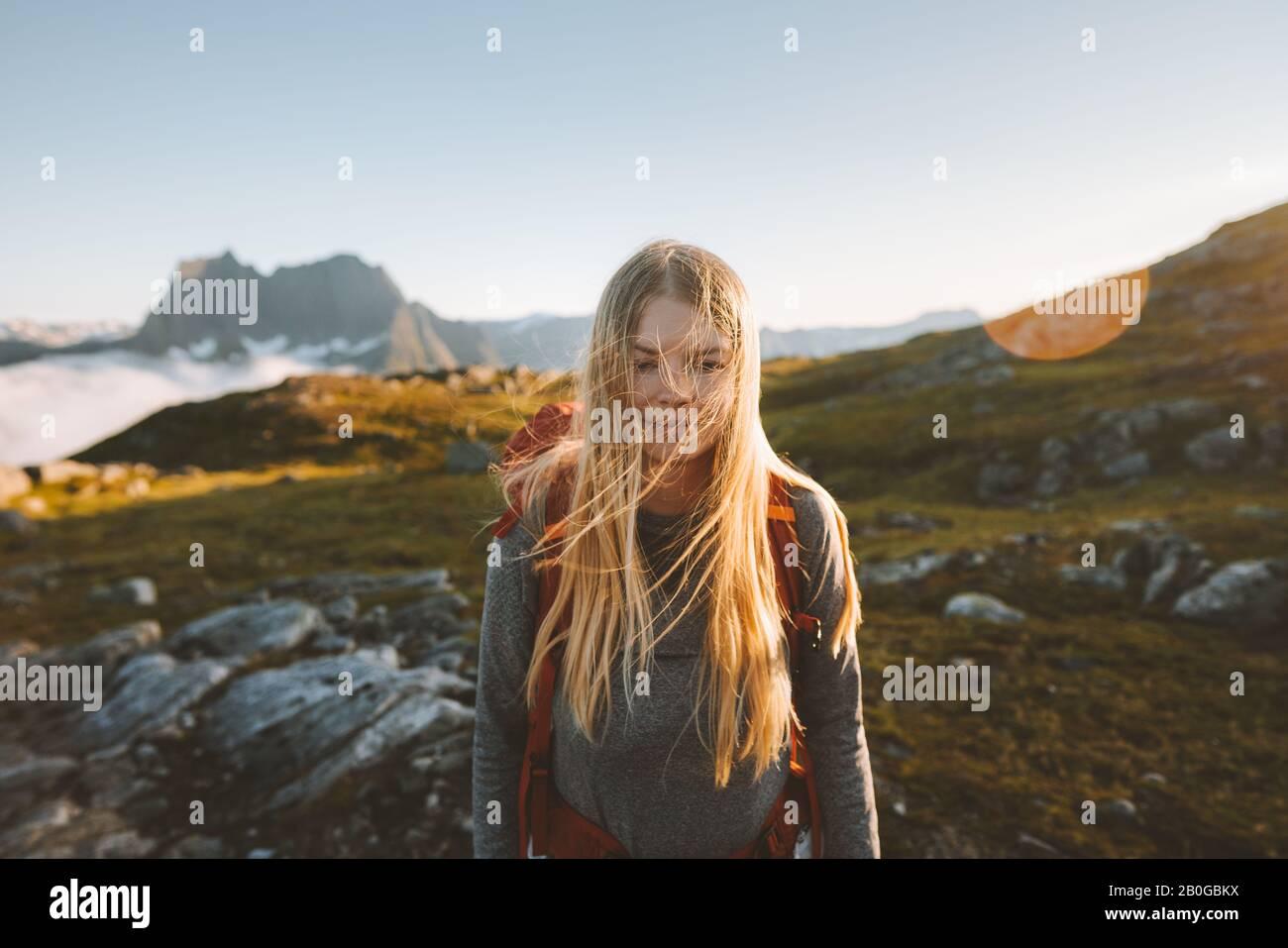 Mujer senderismo en las montañas viaje aventura saludable estilo de vida rubia cabello niña activa vacaciones de verano mochilero en Noruega Foto de stock