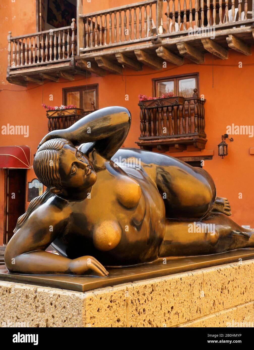 La escultura de bronce del artista Fernando Botero 'la Gorda Gertrudis' se reclina fuera del edificio colonial en Plaza San Francisco, Cartagena, Colombia Foto de stock