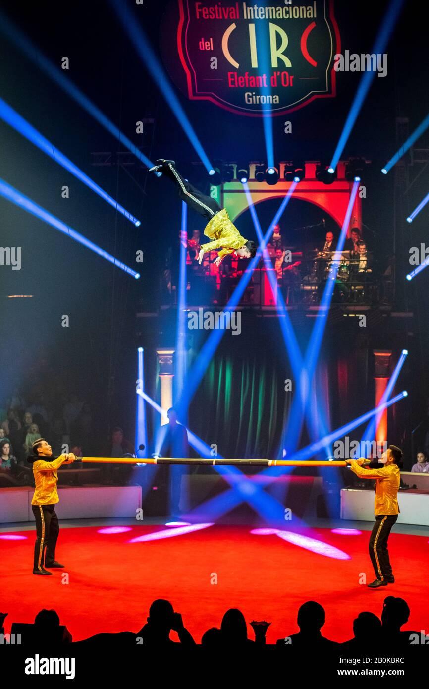 Girona, ESPAÑA - FEBRERO 17: El Trío Ruso Poselskii realiza un bar ruso durante el Festival Internacional de Circo 'Elefant d'Or' en el Parc de la Devesa on Fe Foto de stock
