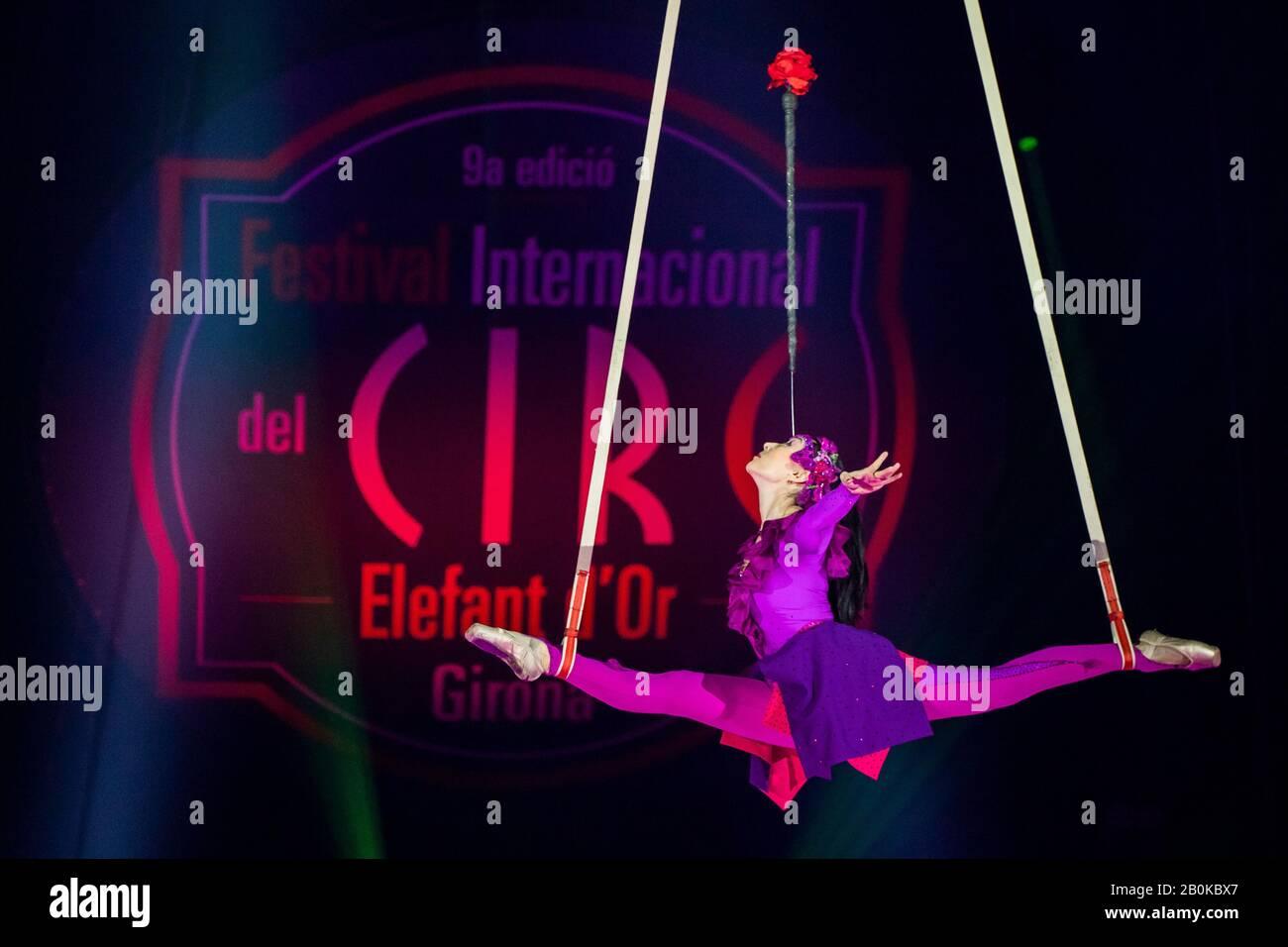 Girona, ESPAÑA - FEBRERO 17: Khorlan de Kazajstán realiza una escalera aérea durante el Festival Internacional de Circo 'Elefant d'Or' en el Parc de la Devesa o Foto de stock
