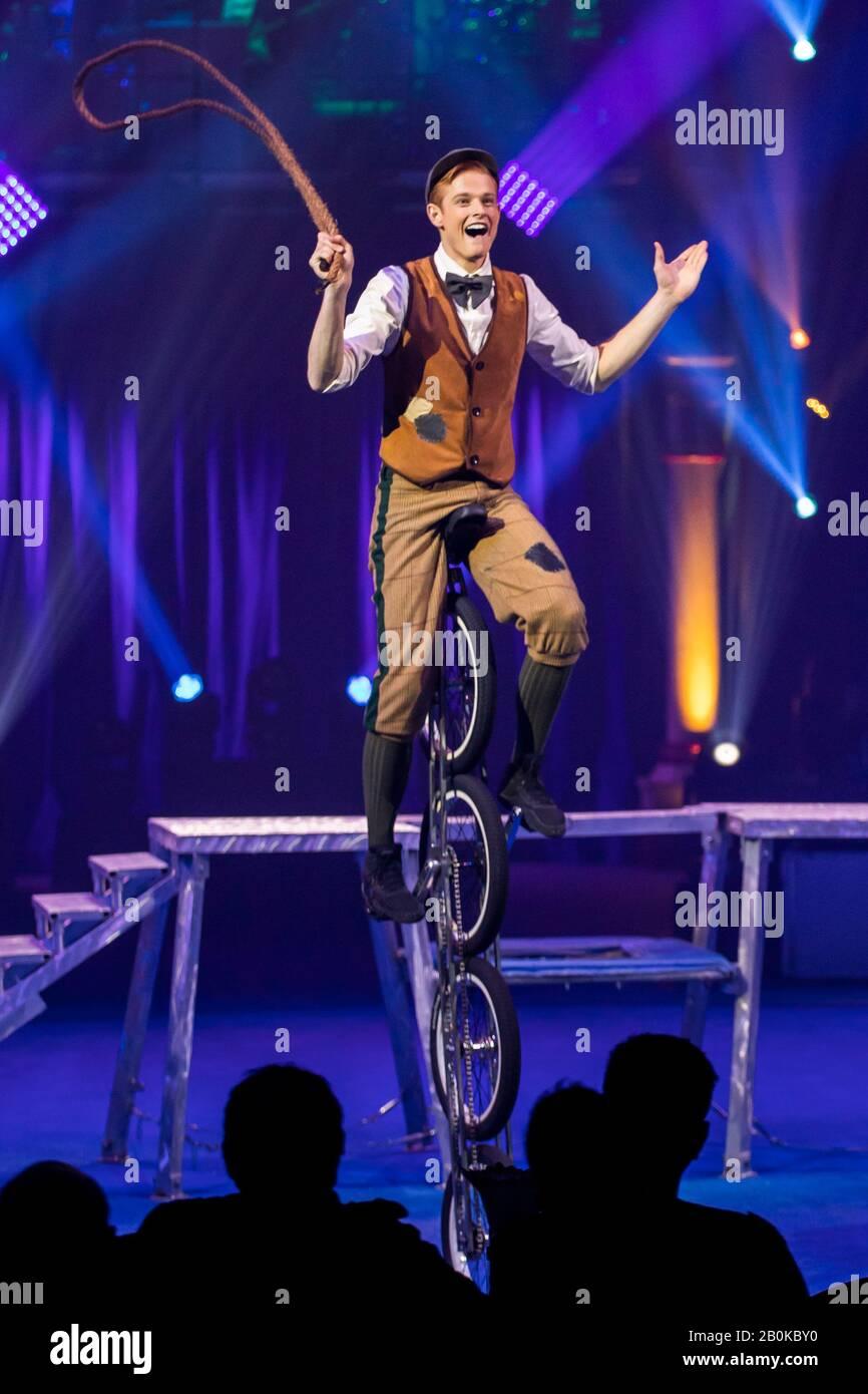Girona, ESPAÑA - FEBRERO 17: American Wesley Williams realiza un ciclo en bicicleta durante el Festival Internacional de Circo 'Elefant d'Or' en el Parc de la Devesa on Foto de stock