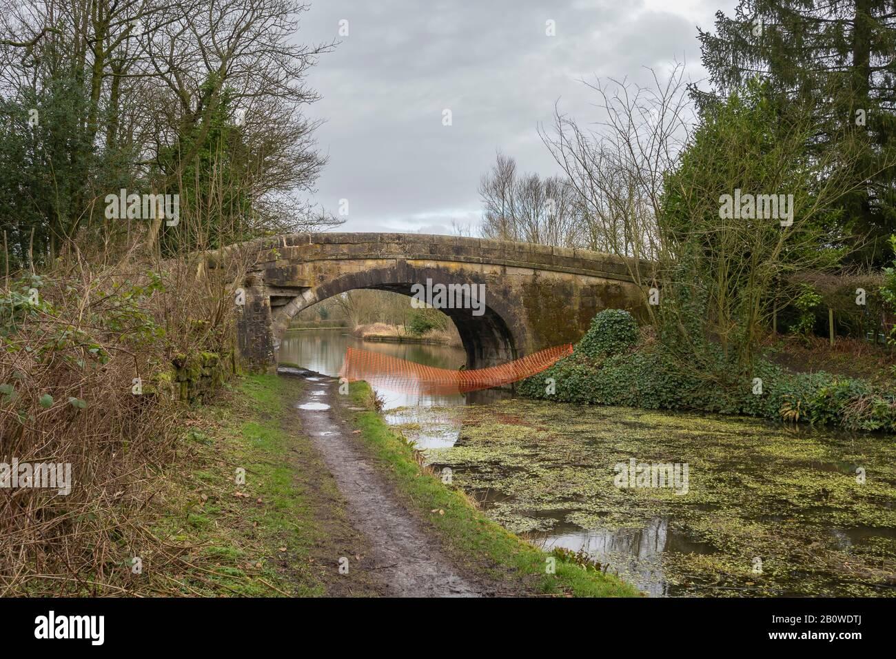 El canal de Leeds y Liverpool (línea principal - Wigan a Leeds) es un canal amplio y forma parte del canal de Leeds y Liverpool Foto de stock