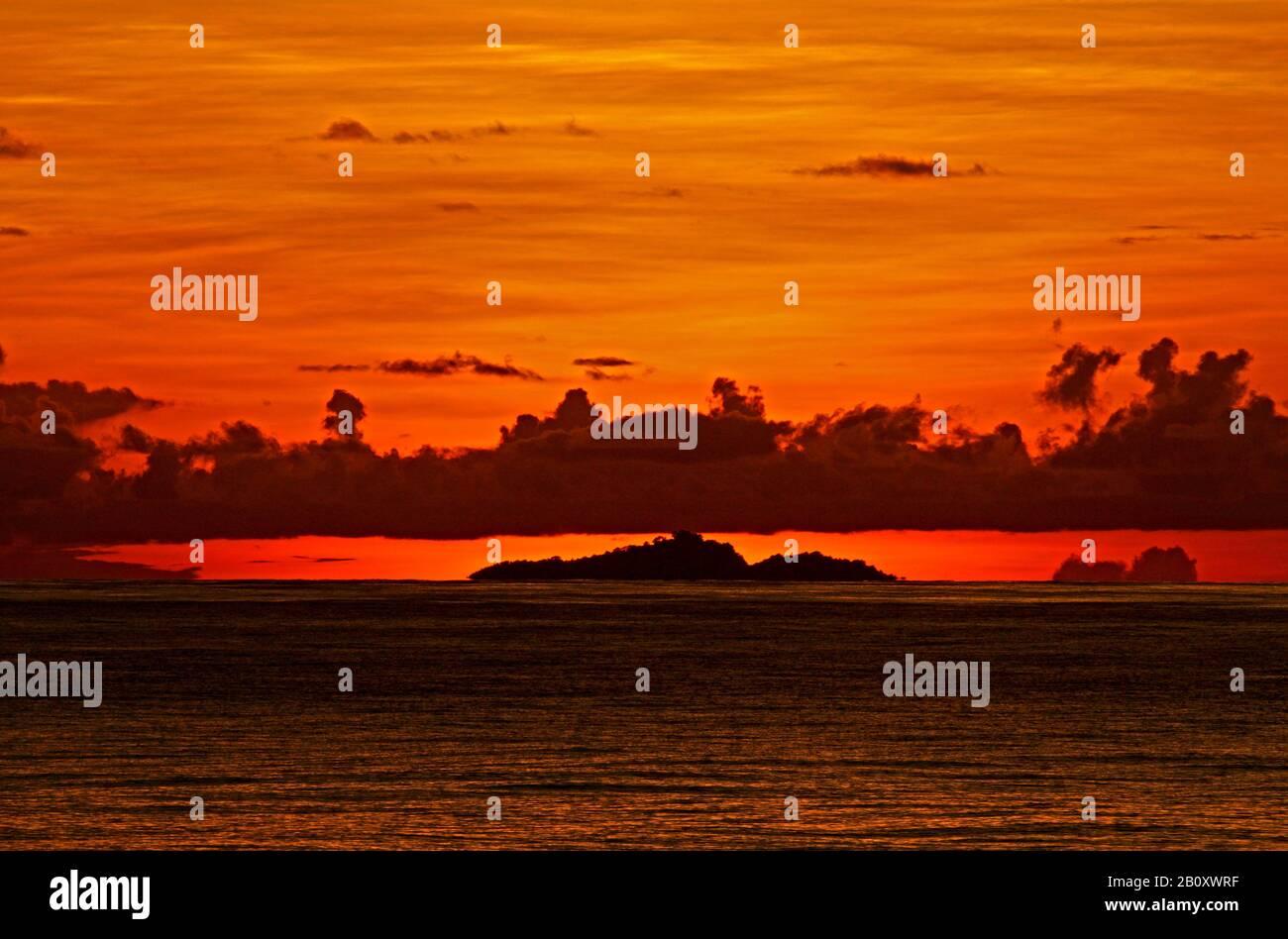 Puesta de sol en el mar entre Solomons y Micronesia, Islas Salomón Foto de stock