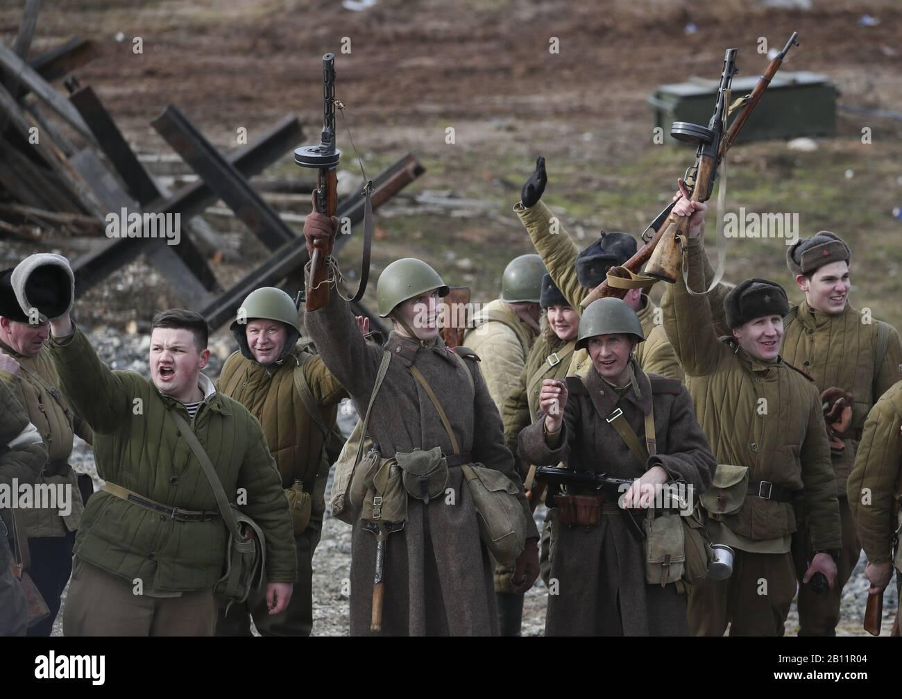 Bielorrusia. 22 de febrero de 2020. REGIÓN de Minsk, BIELORRUSIA - 22 DE FEBRERO de 2020: Una recreación histórica de la Ofensiva Rogachev-Zhlobin de 1944 en el complejo histórico y cultural de la línea Stalin, cerca de la aldea de Goroshki. La Ofensiva Rogachev-Zhlobin fue llevada a cabo por el Ejército Rojo contra las fuerzas alemanas nazis el 21 - 26 de febrero de 1944 durante la Gran Guerra Patriótica de 1941-1945 (parte de la Segunda Guerra Mundial). Durante la ofensiva, las tropas soviéticas infligieron graves daños a las tropas alemanas nazis y pudieron cruzar el Dnieper. Natalia Fedosenko/TASS crédito: ITAR-TASS News Agency/Alamy Live News Foto de stock