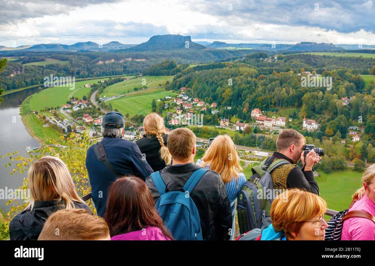 Rathen, SAJONIA, ALEMANIA - 3 DE OCTUBRE de 2019: Punto de vista lleno de turistas turísticos disfrutando de la vista aérea del valle del Elba y el pueblo de Ra Foto de stock