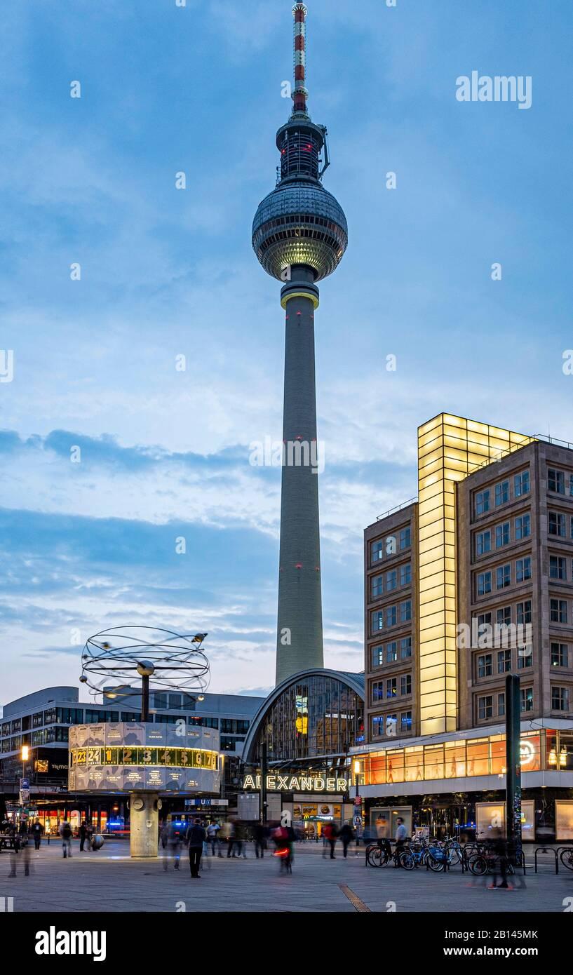 Reloj mundial, estación de tren y Berolina House en Alexanderplatz, en la torre de televisión trasera, Mitte, Berlín Foto de stock