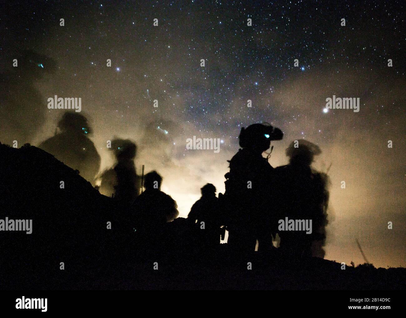 Los Marines de Estados Unidos con el 1er Batallón Raider Marina, Marine Raider Regimiento de la Infantería de Marina del Comando de Operaciones Especiales de las fuerzas, esperan la partida durante el último ejercicio (FINEX) dos como parte del curso de instructores de armas y tácticas (WTI) 2-17, cerca de Yuma, Arizona, 27 de abril de 2017. Este ejercicio fue diseñado para ejecutar un simulacro de fuerzas especiales de funcionamiento, al tiempo que admiten RAID Equipo de Combate Regimental objetivos y centrándose en la realización de las seis funciones de la Aviación Marina. El precio del WTI fue de 7 semanas de evento de capacitación organizado por la aviación y marina armas y tácticas (MAWTS-1), el cual enfatiza los cuadros Foto de stock