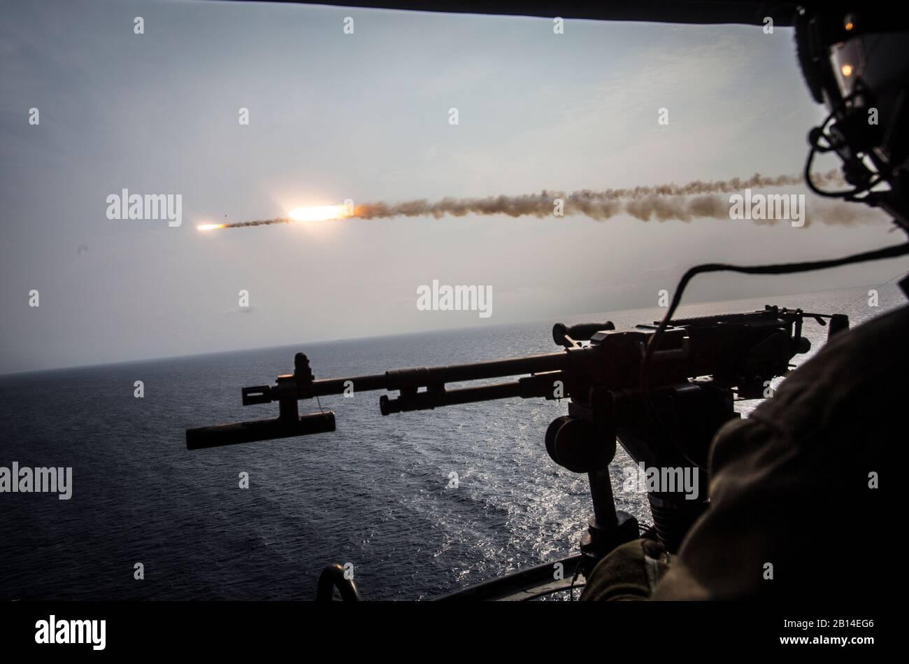 Un Cuerpo de Marines de EE.UU AH-1Z Viper helicóptero asignado a Luz Marina escuadrón de helicópteros de ataque (HMLA) 169, aviones Marine Group (MAG) 39, 3a de alas de avión marino (MAW) disparar dos misiles de entrenamiento por intervalos en Okinawa, Japón, 28 de septiembre de 2017. El escuadrón aéreo realizó entrenamiento con fuego vivo en Okinawa, que es crucial para mantener una más fuerte, más capaz, transmita fuerza desplegada en la región del Pacífico Indo-Asia. HMLA-169 fue desplegadas bajo el programa de implementación de la unidad con MAG-36, 1MAW. (Ee.Uu. Marine Corps foto por Lance Cpl. Andy Martínez) Foto de stock