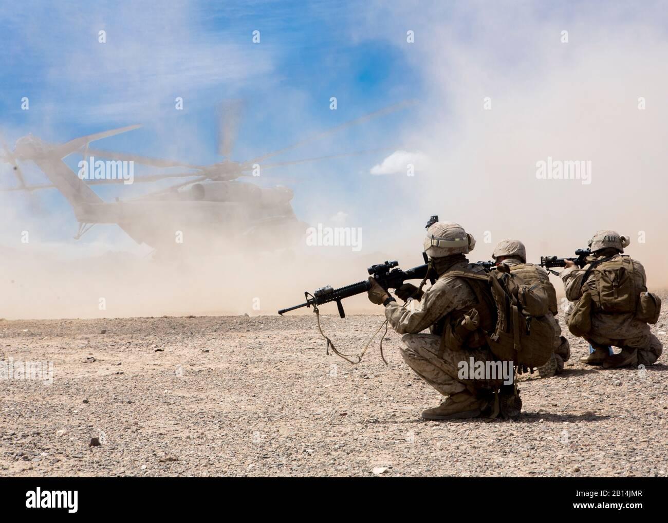 Marines estadounidenses con batería Bravo, 1er Batallón, 10º Regimiento de la Infantería de Marina, la 2ª División de Infantería de Marina a proporcionar seguridad durante un CH-53 día batalla perforar en apoyo de armas y tácticas del curso de instructores (WTI) 2-17 a base de fuego Burt. California, 8 de abril de 2017. El WTI es un evento de capacitación de siete semanas organizado por la Aviación Marina armas y tácticas de escuadrón MAWTS Uno (cuadro 1), que enfatiza la integración operacional de las seis funciones de aviación del Cuerpo de Infantería de Marina en apoyo de una masa de aire marino Task Force. El WTI proporciona entrenamiento táctico avanzado estandarizado y certificación de instructor de la unidad de calificación para sup Foto de stock