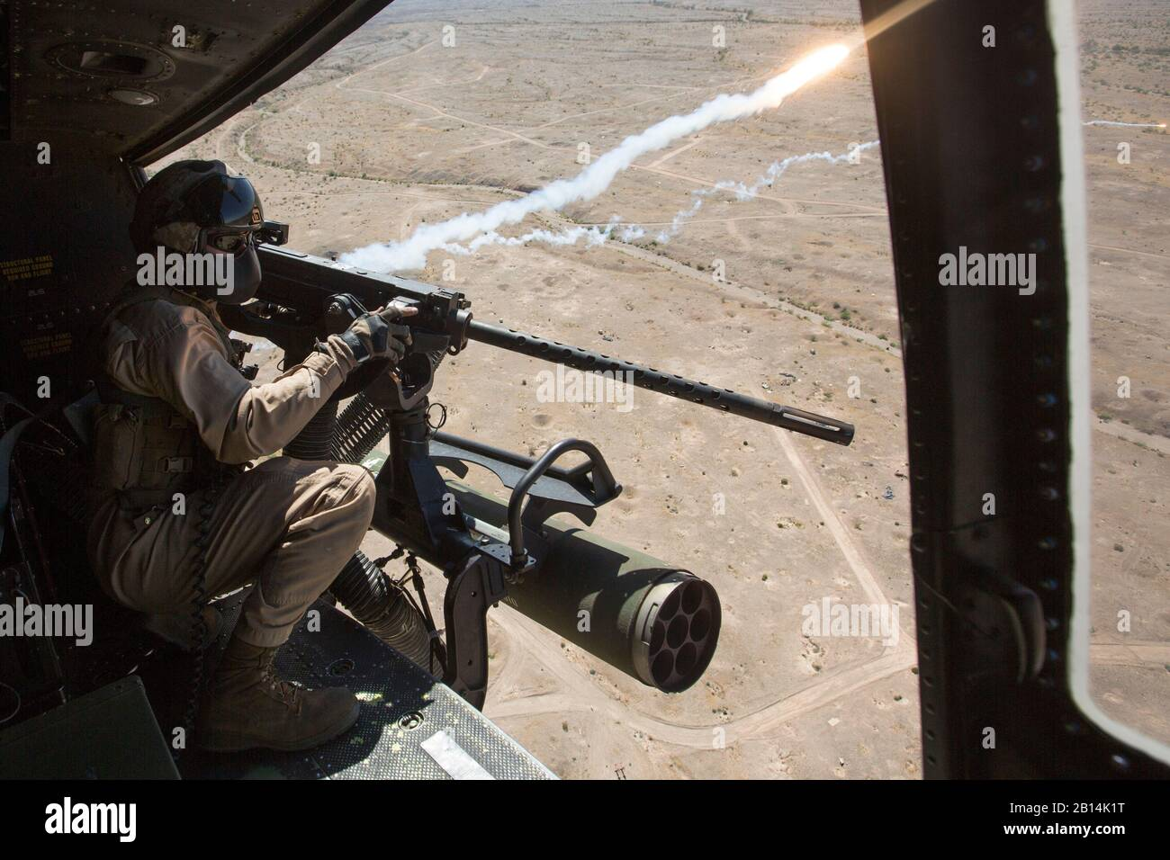 Cuerpo de Marines de EE.UU Cpl. Justin Gilstrap, un jefe de la tripulación con Luz Marina 167 escuadrón de helicópteros de ataque (HMLA-167), desencadena un GAU-21 calibre .50 ametralladora durante la artillería aérea perforadoras de refinamiento en chocolate Antena Montaña Tiro, California, 5 de abril de 2017. Armas y tácticas Instructor 2-17 es un evento de capacitación de siete semanas organizado por la Aviación Marina armas y tácticas de escuadrón MAWTS Uno (cuadro 1). (Ee.Uu. Marine Corps foto por Lance Cpl. Michaela Gregory) Foto de stock