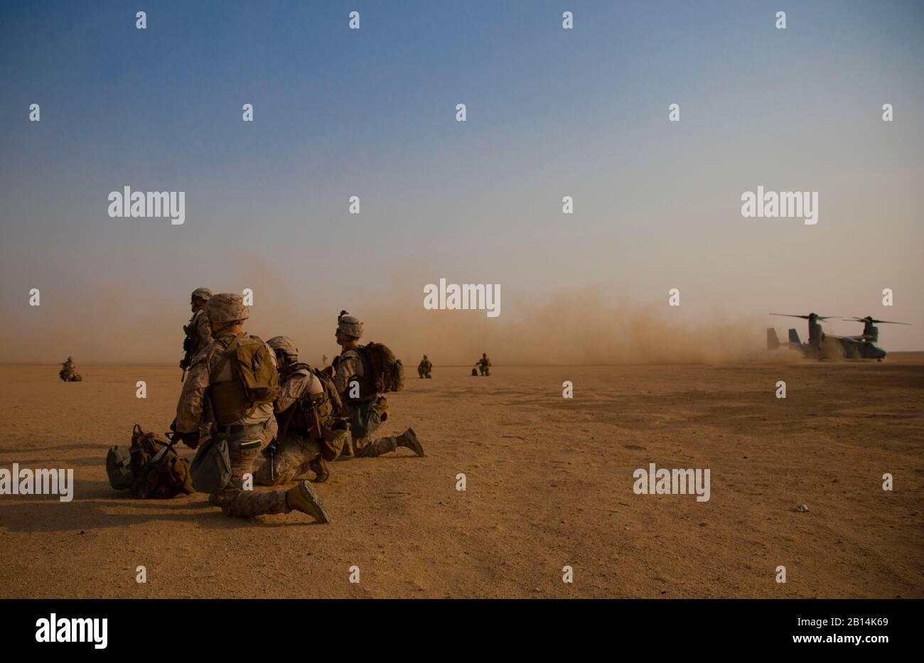 Infantes de Marina de EE.UU. Con el primer Batallón, 7º Regimiento Marino, adscrita al comando Central de respuesta A Crisis de la Fuerza de tarea Aire-Tierra Marina De Propósito Especial, post-seguridad durante una recuperación táctica De Aeronaves y Ejercicio De Personal en el Campamento Buehring, Kuwait, 7 de agosto de 2019. El SPMAGTF-CR-CC es un proveedor de múltiples fuerzas diseñado para emplear capacidades de tierra, logística y aire en todo el área de responsabilidad del comando Central. (EE.UU Marine Corps foto por Cpl. Miguel A. Rosales) Foto de stock