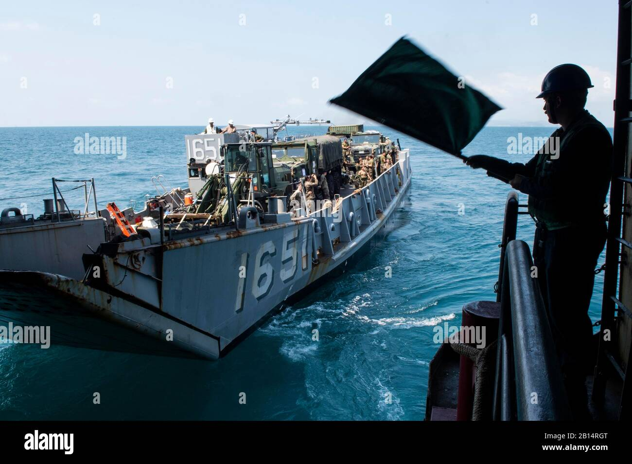 Marina Landing Craft utility (LCU) 1651, asignado a la unidad de playa navales (NBU) 7, sale bien la cubierta del buque anfibio de transporte dock USS Green Bay (LPD 20) en el Golfo de Tailandia, 7 de febrero de 2019. El Green Bay, parte de las WASP Amphibious Ready Group, inició con 31 Unidad Expedicionaria de los Infantes de Marina (MEU), se encuentra en Tailandia a participar en el ejercicio Cobra Gold 2019. Cobra Gold es un ejercicio multinacional co-patrocinado por los Estados Unidos y Tailandia que está diseñada para promover la seguridad regional y la respuesta efectiva a la crisis las contingencias a través de una robusta fuerza multinacional para la dirección c Foto de stock
