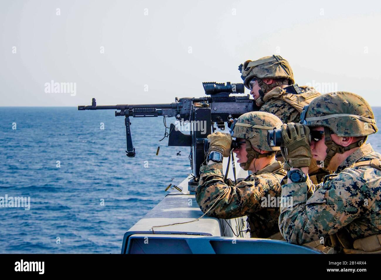 170304-N-JH293-292 el Mar de China oriental (4 de marzo de 2017), los infantes de Marina asignados al equipo de aterrizaje del Batallón 2º Batallón, 5º Marines, participar en una defensa de la fuerza anfibia (DATF) ejercicio de artillería a bordo del buque de transporte anfibio dock USS Green Bay (LPD 20). Durante el ejercicio DATF, Green Bay de calibre pequeño equipo de acción (SCAT) trabajaron conjuntamente con los Infantes de Marina de la 31ta Unidad Expedicionaria de la Infantería de Marina (MEU) a fin de proporcionar una cobertura de 360 grados de la nave. Green Bay, con embarcado 31 MEU, es un patrullaje de rutina, que operan en la región del Pacífico Indo-Asia para fortalecer las alianzas y ser un re Foto de stock