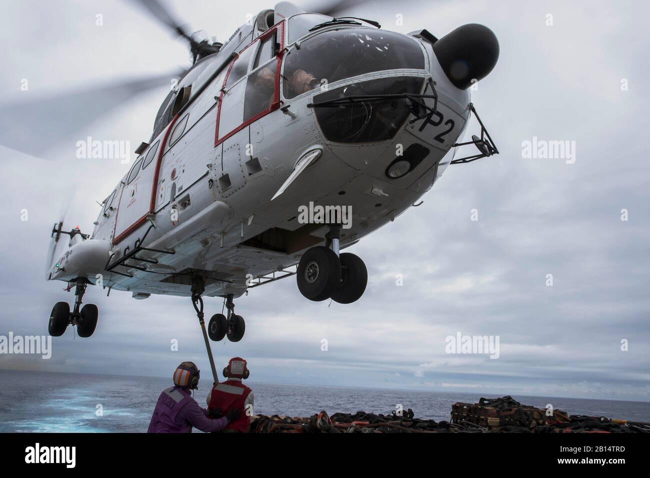 170320-N-ZL062-742 el Mar de China oriental (20 de marzo de 2017) Los marineros adjuntar la carga a un SA-330J helicóptero Puma, asignado para el transporte marítimo de carga seca de comandos militares y municiones buque USNS Richard E. Byrd (T-AKE 4), en la cubierta de vuelo del buque anfibio de transporte dock USS Green Bay (LPD 20) durante un reabastecimiento vertical. Green Bay, parte del Grupo de ataque expedicionario Bonhomme Richard, iniciado con la 31ª Unidad Expedicionaria de los Infantes de Marina, es un patrullaje de rutina, que operan en la región del Pacífico Indo-Asia para mejorar warfighting disposición y postura hacia adelante como una fuerza de respuesta para cualquier tipo de contin Foto de stock