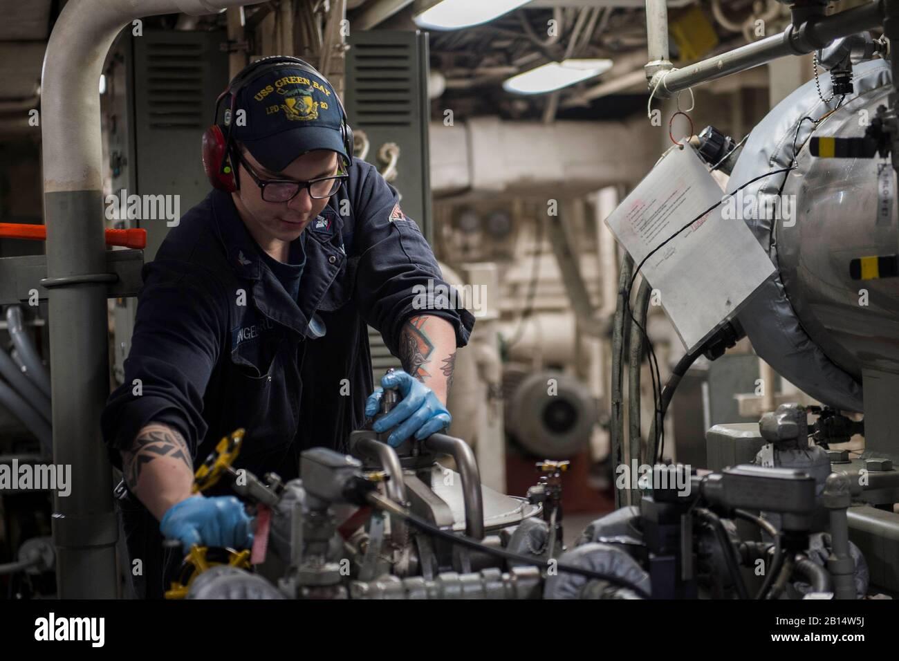 170327-N-ZL062-028 KINBU BAY (Marzo 27, 2017) 3ª clase Engineman Scotty Engelhard, desde el Lago St. Louis, Mo., trabaja en un purificador de aceite lubricante en la principal sala de máquinas, a bordo del transporte anfibio USS Dock Green Bay (LPD 20). Green Bay, parte del Grupo de ataque expedicionario Bonhomme Richard, iniciado con la 31ª Unidad Expedicionaria de los Infantes de Marina, es un patrullaje de rutina, que operan en la región del Pacífico Indo-Asia para mejorar warfighting disposición y postura hacia adelante como una fuerza de respuesta para cualquier tipo de contingencia. (Ee.Uu. Navy photo by Mass Communication Specialist Seaman Sarah Myers/liberado) Foto de stock