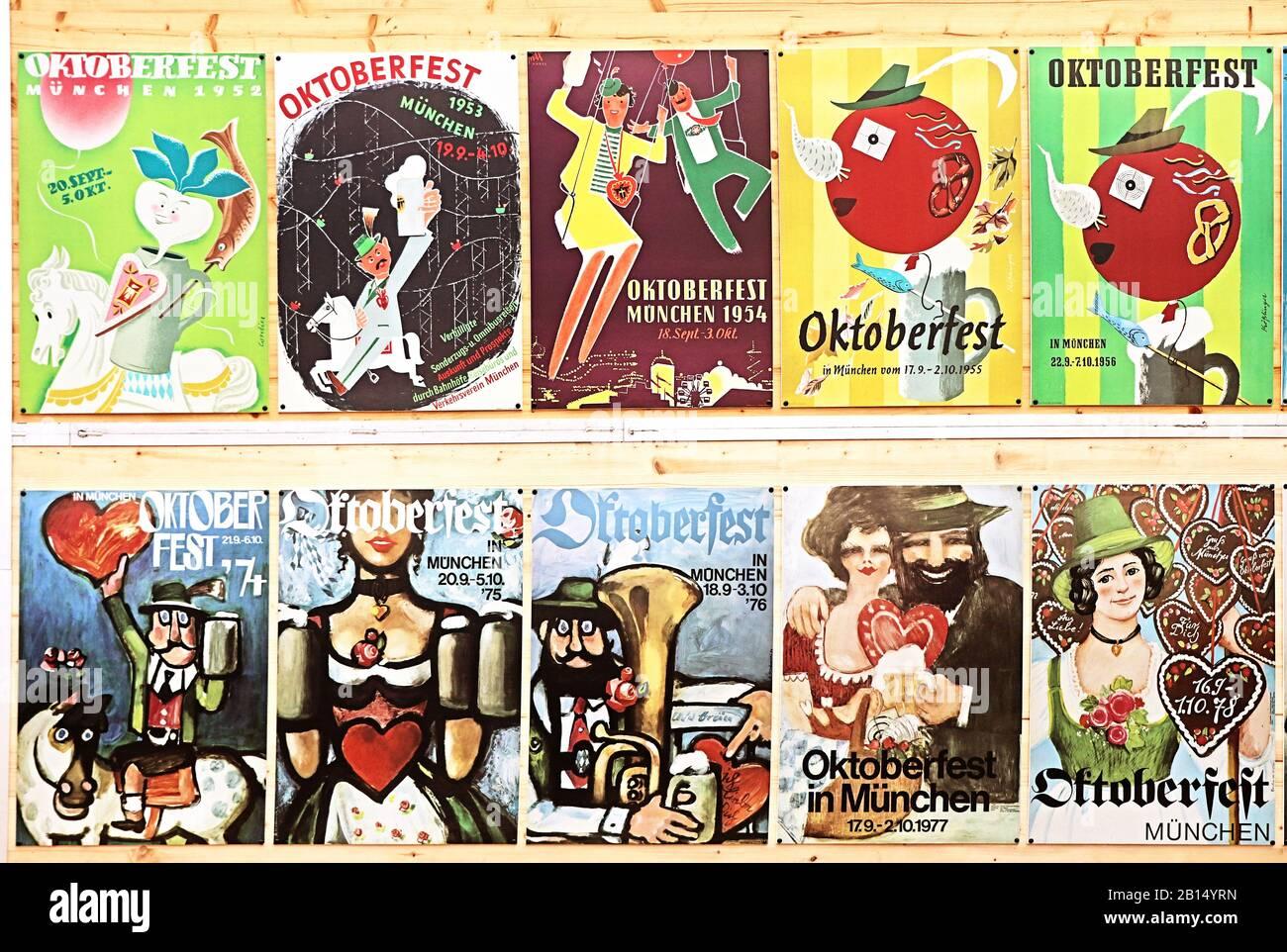 Múnich, ALEMANIA - 1 DE OCTUBRE de 2019 carteles de la Oktoberfest de la época en exhibición en la parte histórica de Oide Wiesn de la Oktoberfest en Munich, familia y niño- Foto de stock