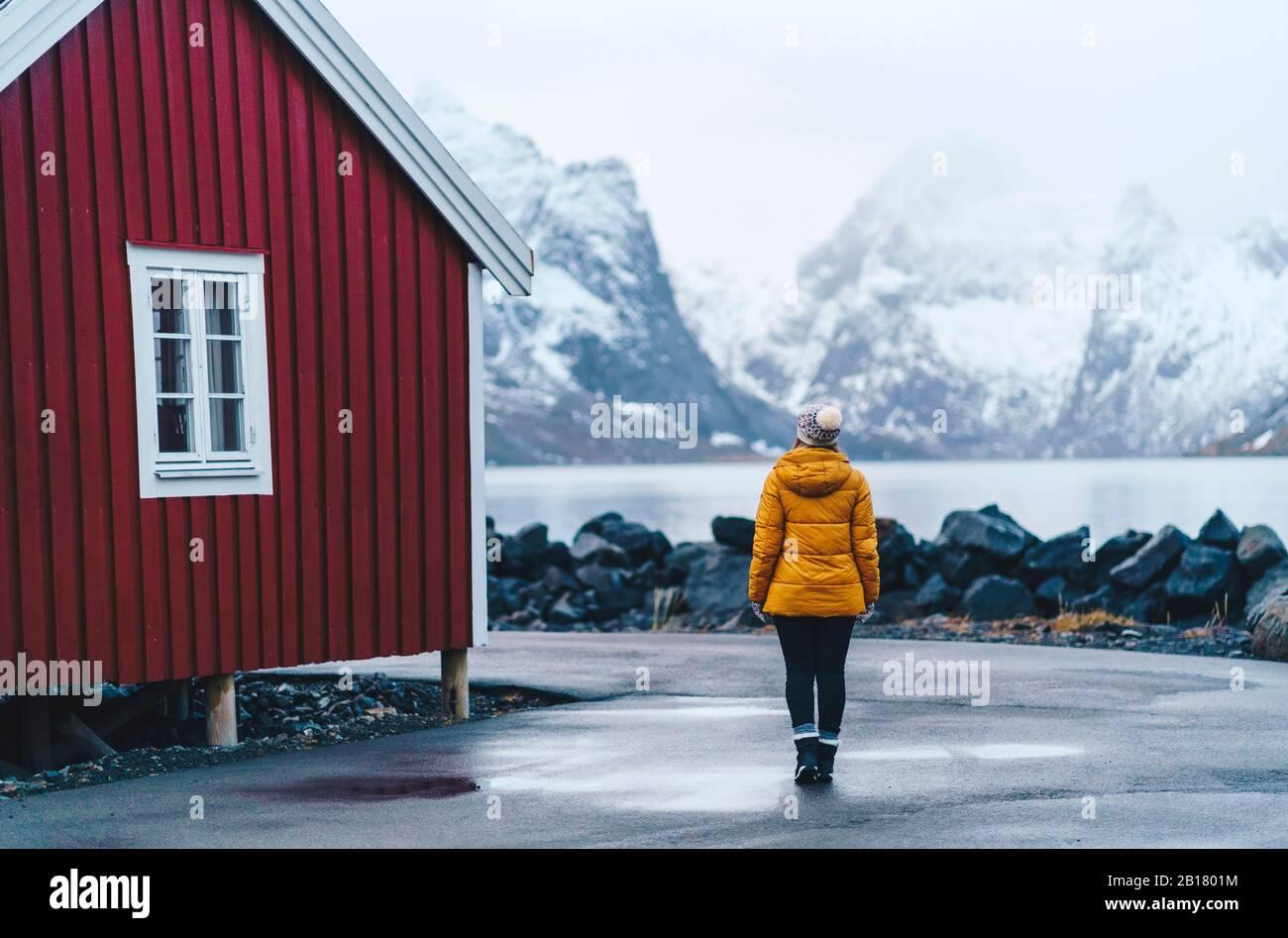 Turismo que explora el pueblo pesquero Hamnoy, Lofoten, Noruega Foto de stock
