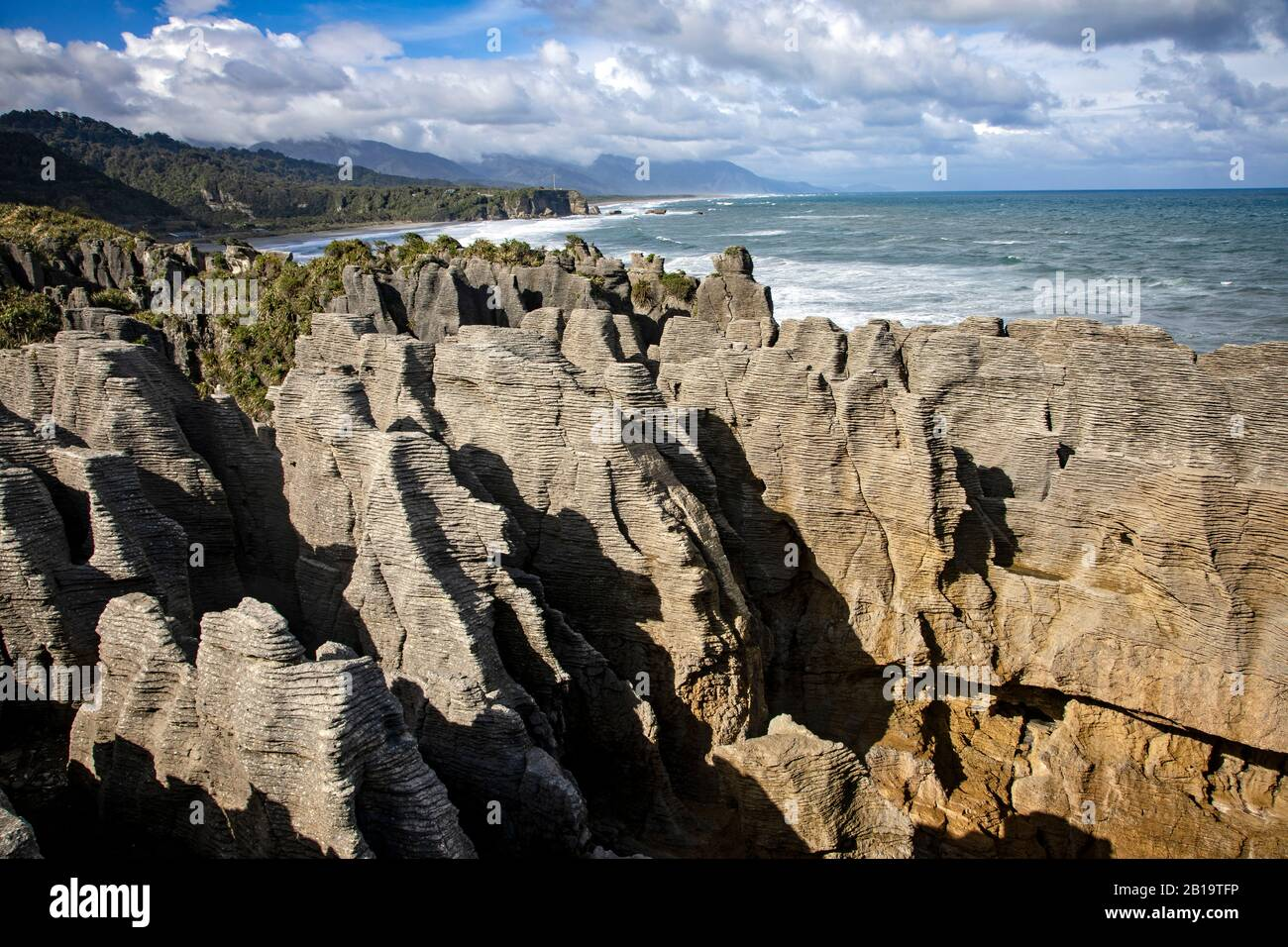 Las rocas Pancake se elevan a lo largo de la región de la costa oeste de la Isla del Sur, Nueva Zelanda. Foto de stock