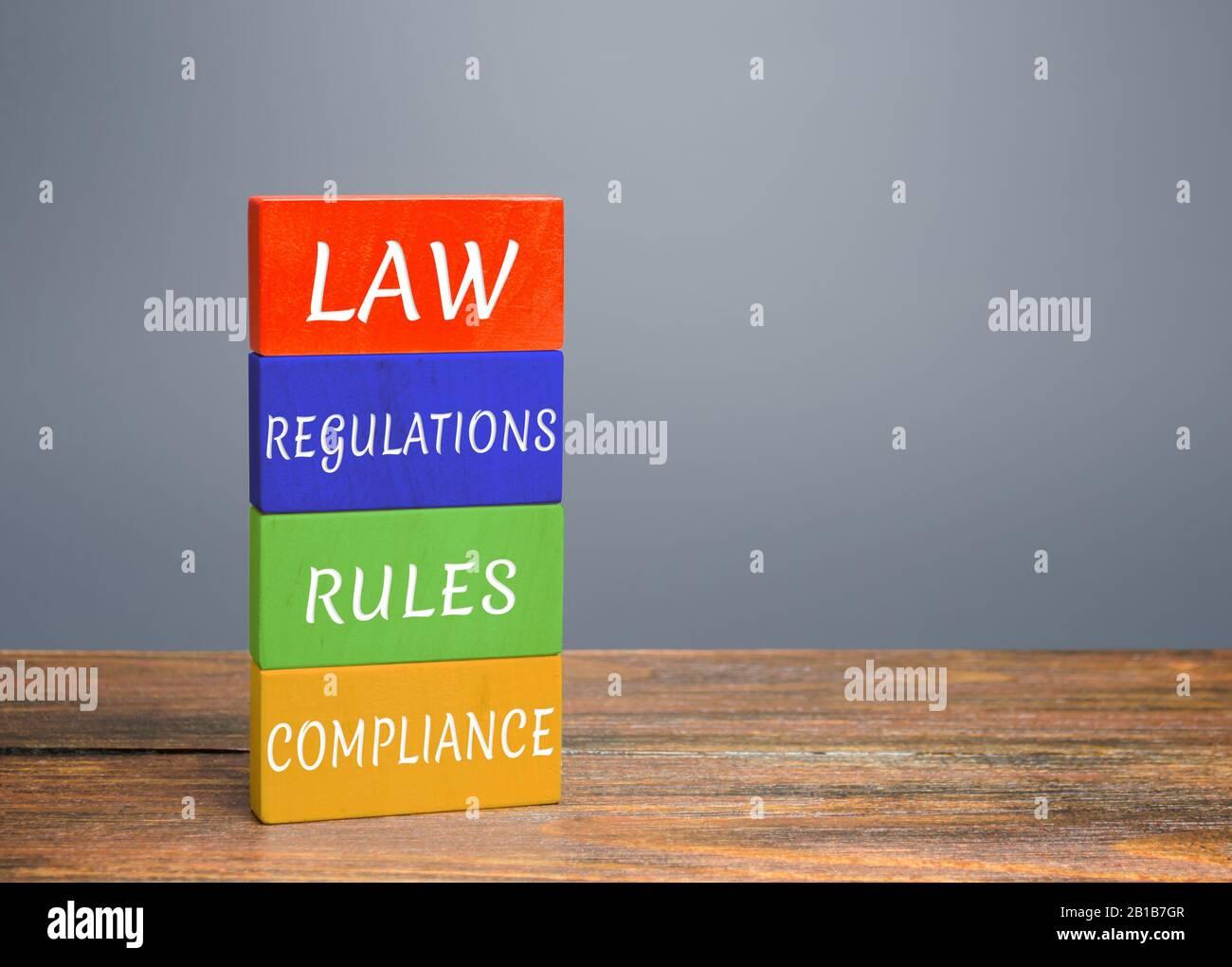 Bloques de colores con palabras ley, regulaciones, reglas, cumplimiento. Facilidad para hacer negocios. Criterios de calidad para bienes y servicios. Protección nacional doméstica Foto de stock