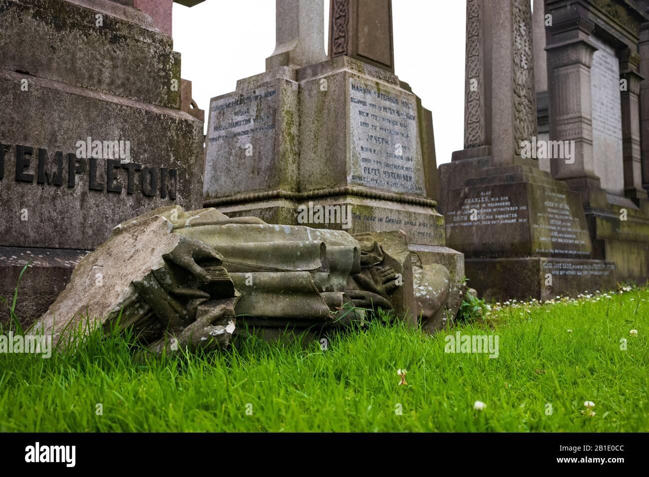 Glasgow, Escocia/Reino Unido - 29 de junio de 2019: La necrópolis de Glasgow, un cementerio victoriano, está situada en una colina baja, pero muy prominente al este de Glassgo Foto de stock