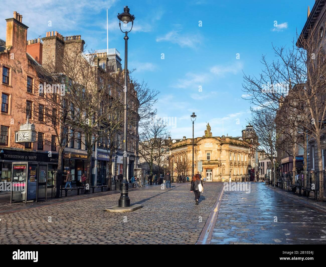 High Street y el antiguo edificio del banco Clydesdale Bank en invierno Dundee Escocia luz del sol Foto de stock