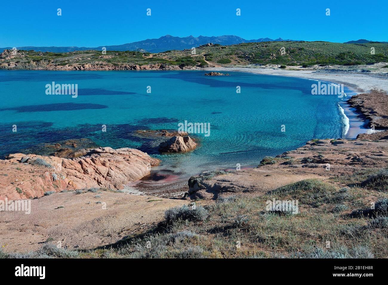 Playa Tonnara, punto de partida del camino costero al Golfo de Paraguano, Reserva Natural de las Bocas de Bonifacio, Córcega, Francia Foto de stock
