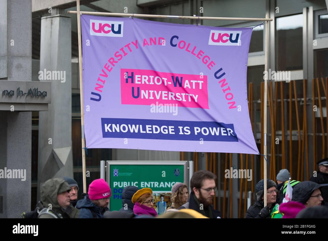 Edimburgo, Reino Unido. 25 de febrero de 2020. En la imagen: Protesta fuera del Parlamento escocés, donde los estudiantes protestan contra las draconianas medidas aplicadas por las universidades sobre la remuneración de la educación superior, las pensiones y las condiciones de trabajo. Crédito: Colin Fisher/Alamy Live News Foto de stock