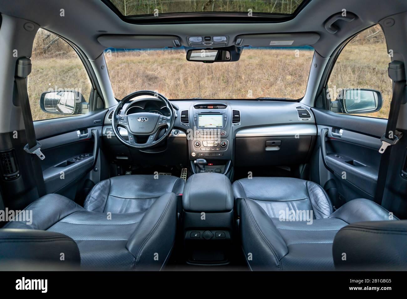 Foto detallada en el interior de un maravilloso todoterreno con dach/techo solar panorámico acristalado - Kia Sorento Facelift Platinum Foto de stock