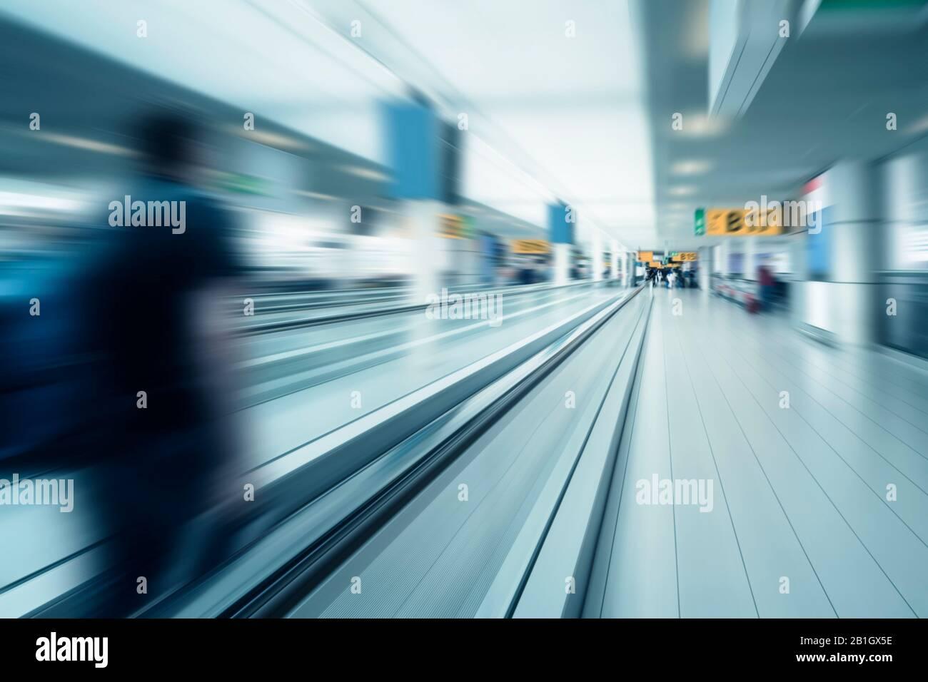 Imagen borrosa de una puerta del aeropuerto - globalización Foto de stock