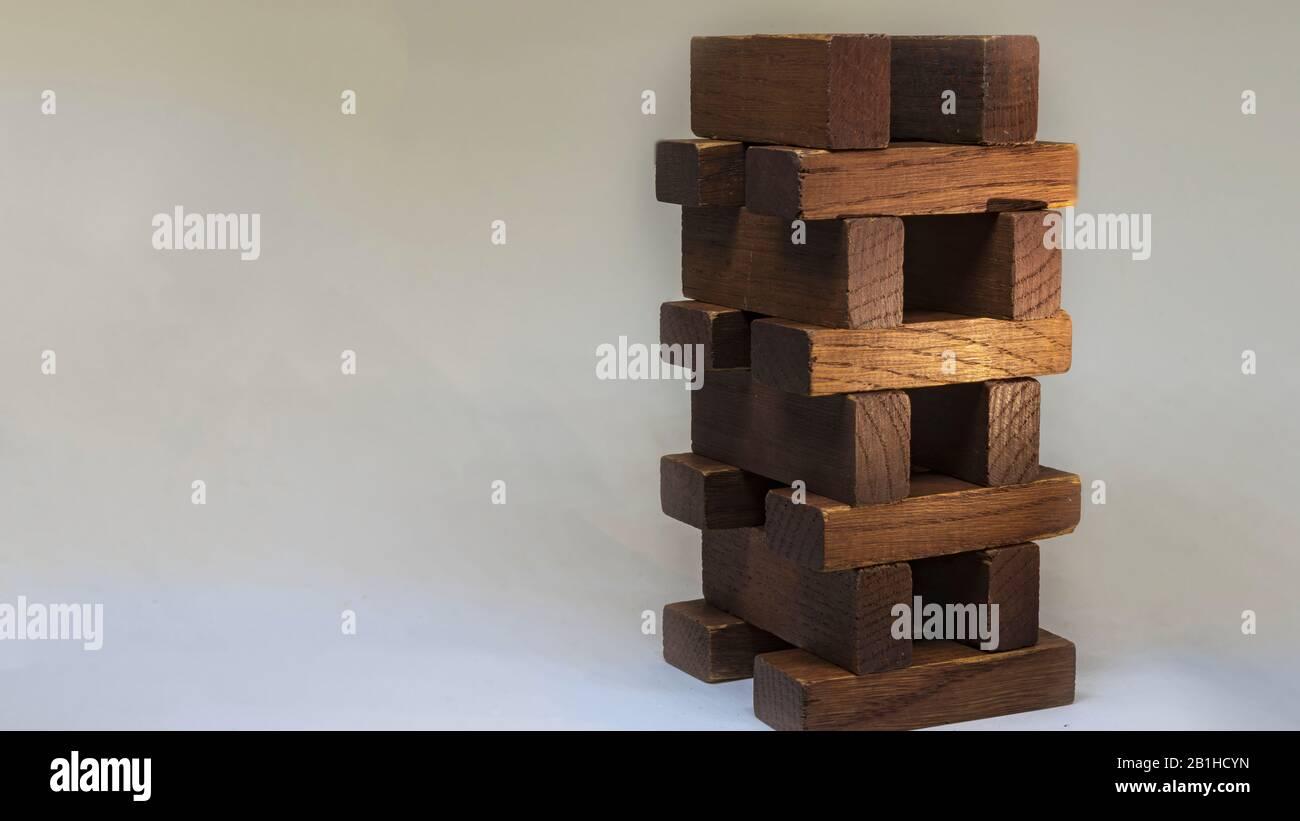 Concepto de riesgo de negocio con tablón de madera en blanco background.Businessman gestionar su estrategia. Foto de stock