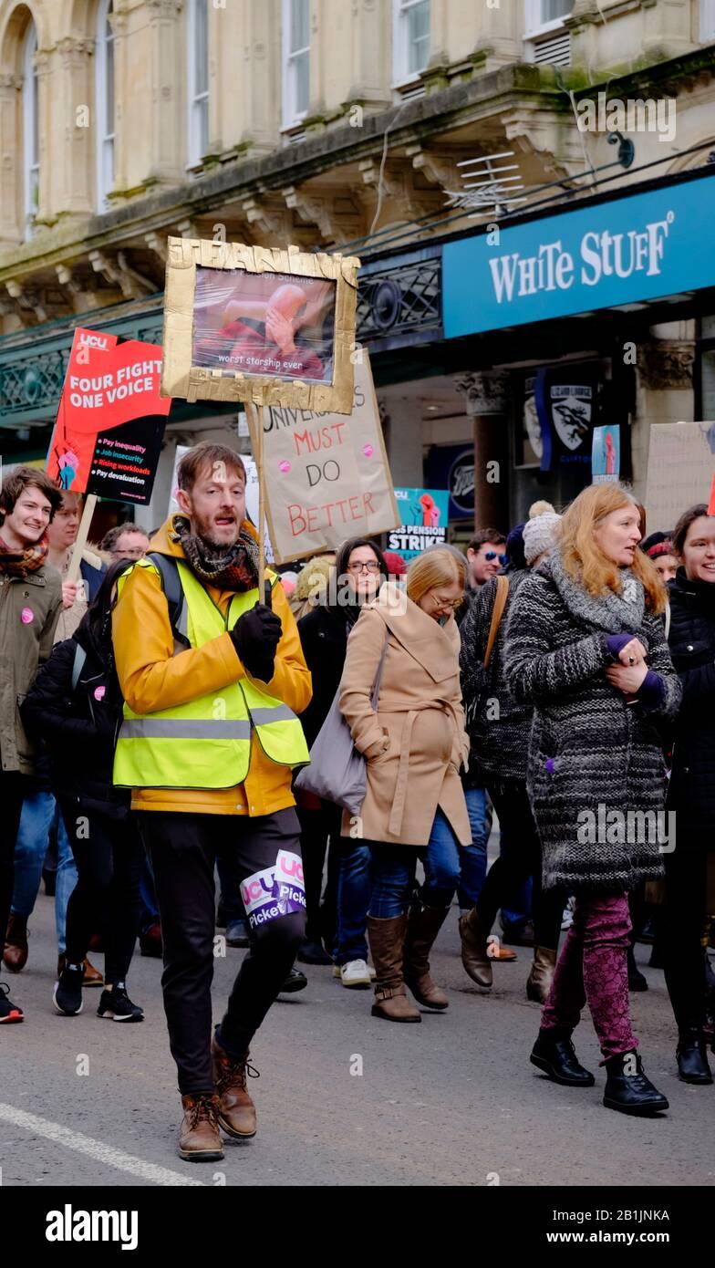 Bristol, Reino Unido. 26 de febrero de 2020. La huelga de profesores de la Universidad y la Unión Universitaria (UCU) contó con el apoyo de estudiantes y otros grupos locales. Los profesores universitarios han iniciado una serie de huelgas en protesta por los cambios en su régimen de pensiones y sus condiciones de trabajo. Un grupo se reunió fuera de las salas Victoria, y después de discursos y protestas, el rally pasó pacíficamente por Park Street y se dispersó en College Green. Crédito: Sr. Standfast/Alamy Live News Foto de stock