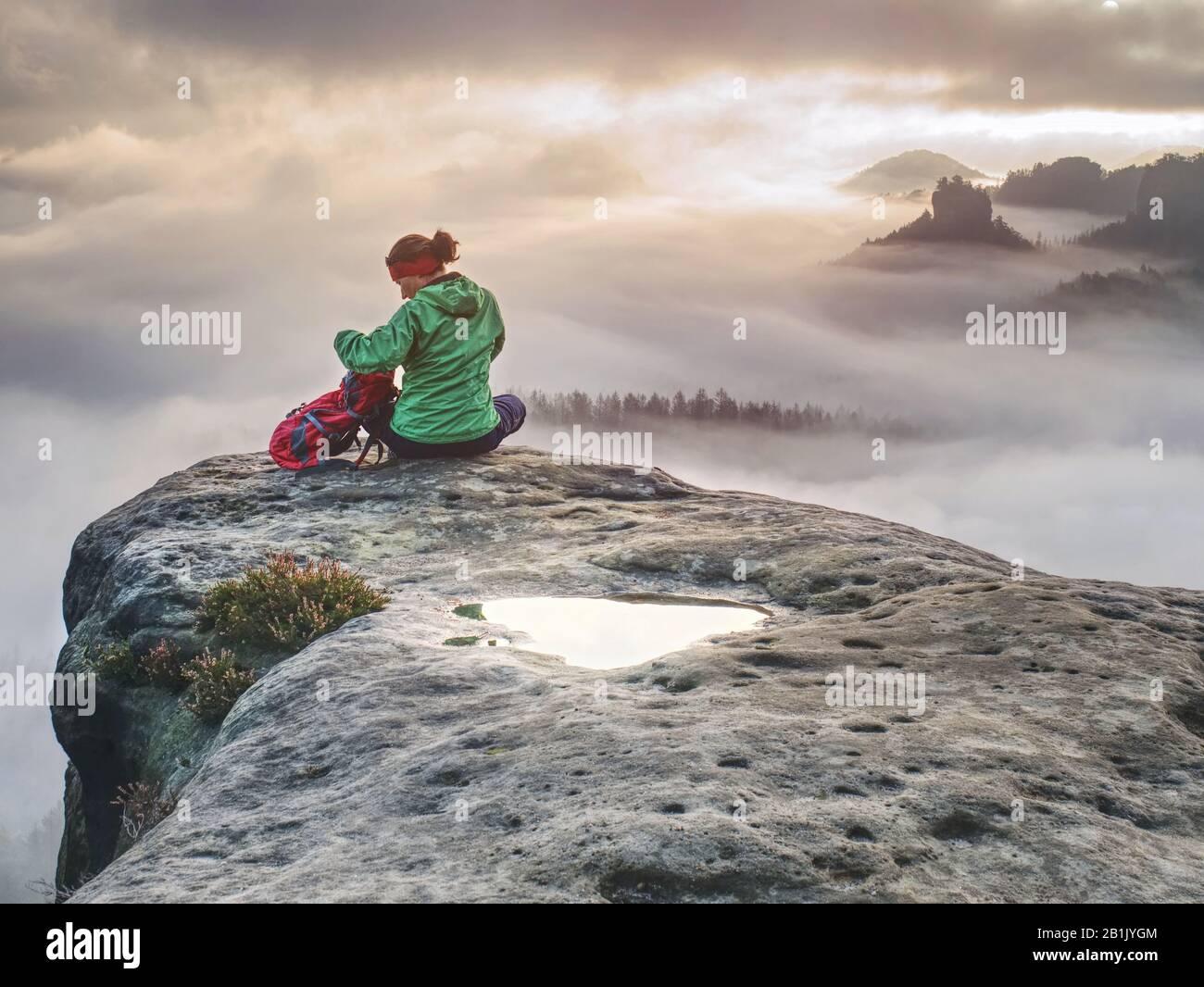 Las manos de las niñas en la cima de la montaña se levantaron sobre las nubes. Travel Lifestyle concepto de éxito aventura vacaciones activas al aire libre Foto de stock