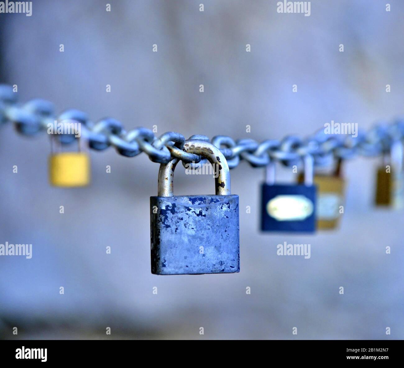 candados de amor colgados en una imagen en cadena Foto de stock