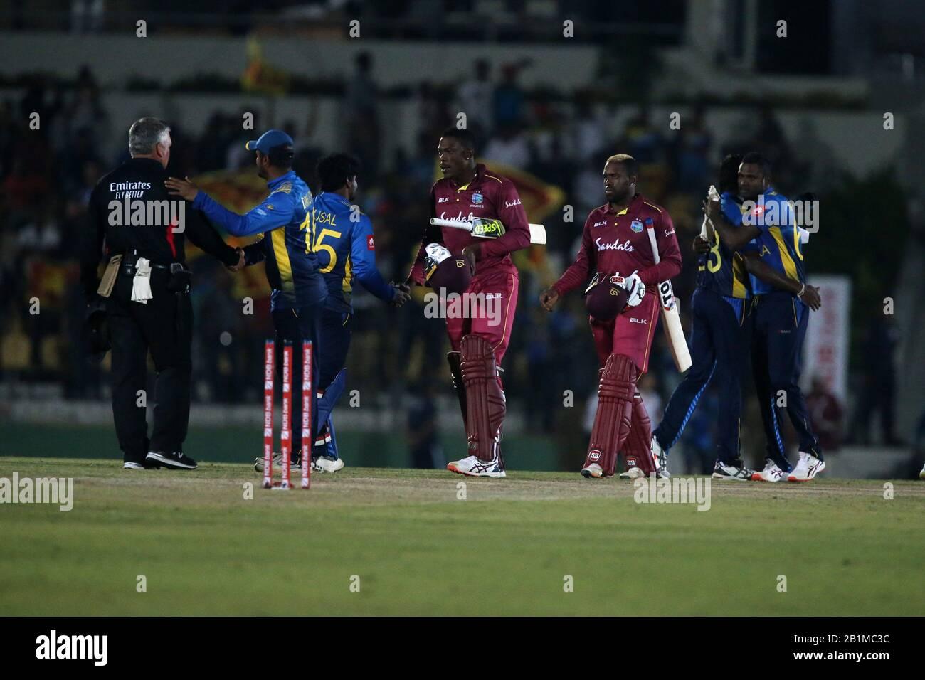 26 de febrero de 2020, el Mahinda Rajapaksha International Stadium, Hambantota, Sri Lanka; Un día Internacional de CRALISTIN, Sri Lanka contra las Indias Occidentales; los jugadores se dan la mano con el árbitro como Srilanka ganar el segundo ODI y tomar la serie Foto de stock