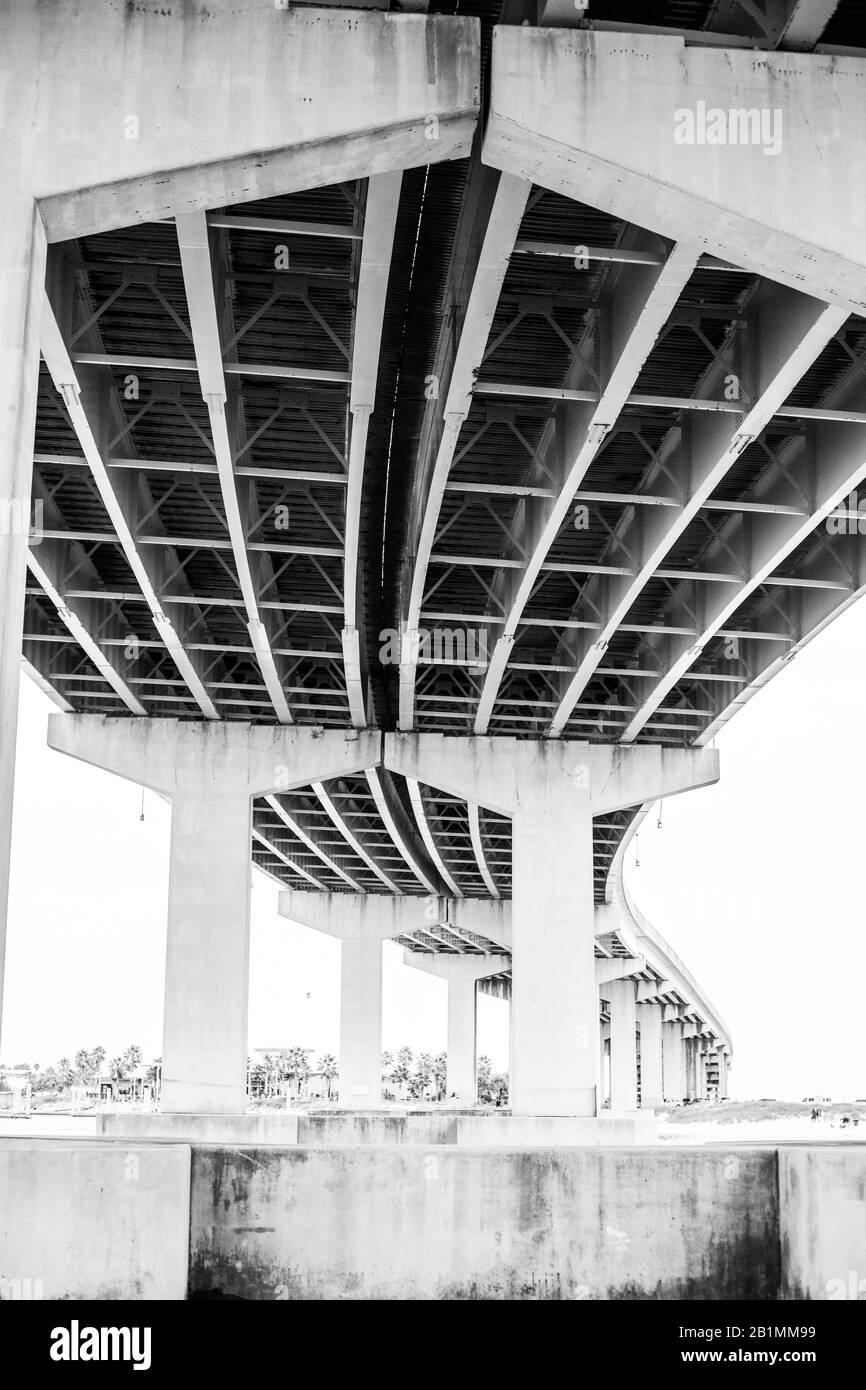 Una vista desde el agua bajo la autopista. Foto de stock