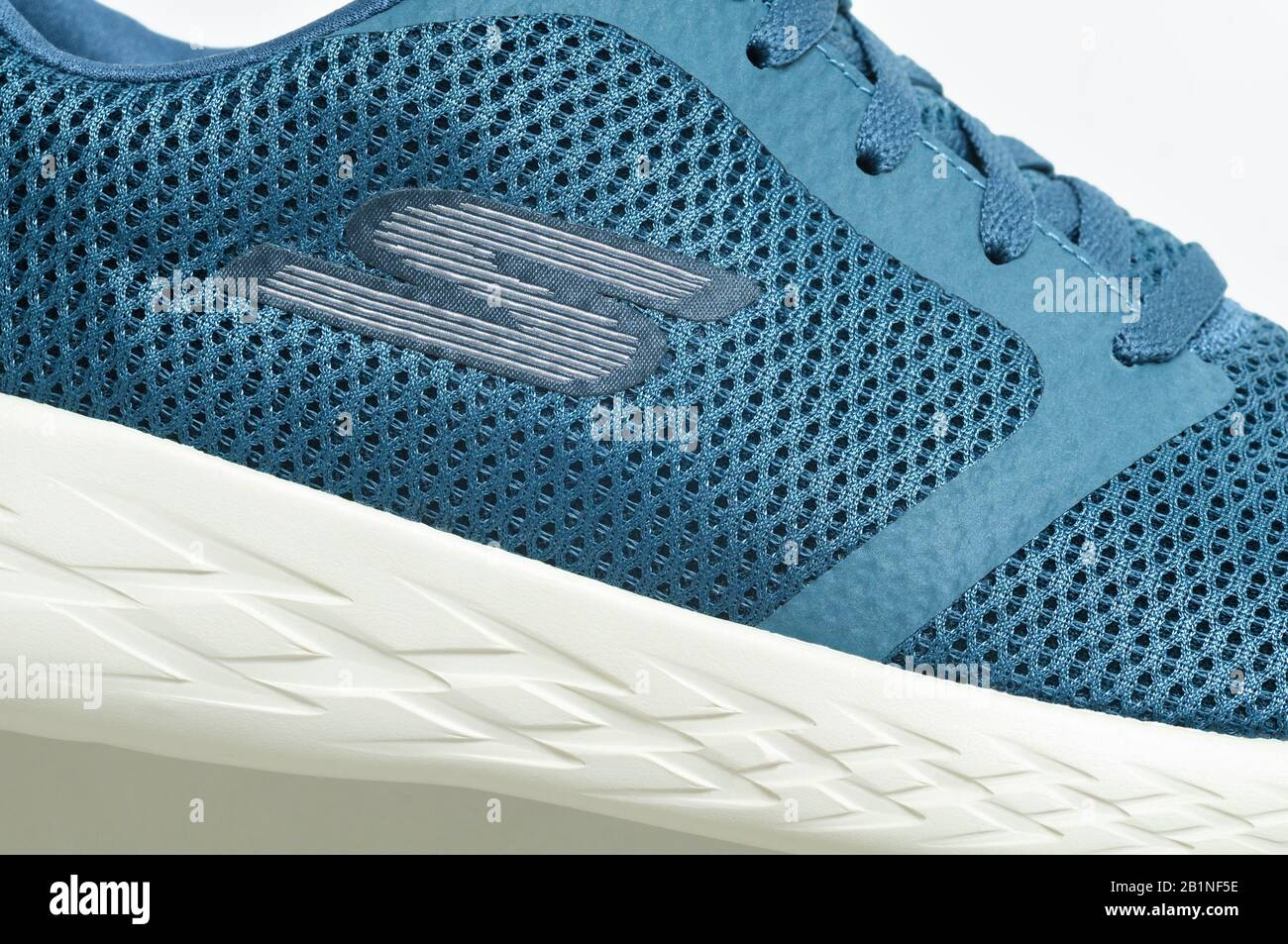 soborno Inocente Pigmalión  Zapatillas de lona/zapatillas SKECHERS con logotipo S Fotografía de stock -  Alamy
