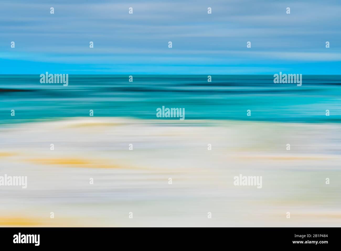 Fondo abstracto marino. Océano tormentoso, y hermoso cielo nublado. Arte lineal, desenfoque de movimiento, azul, turquesa, amarillo Foto de stock